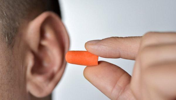 スポンジ製の耳栓